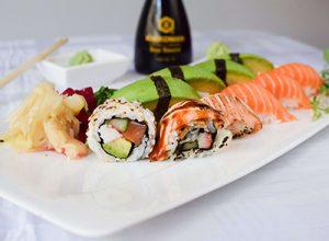 Sushi med lax, avokado och maki