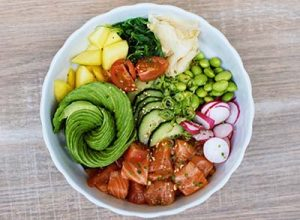 Poké bowl med lax eller tonfisk