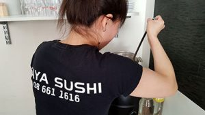 Jobba hos oss och servera misosoppa. Work with us and serve miso soup.