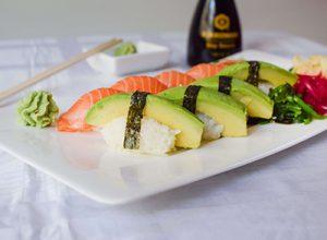 Sushi med lax och avokado