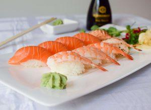 Sushi med lax och räkor